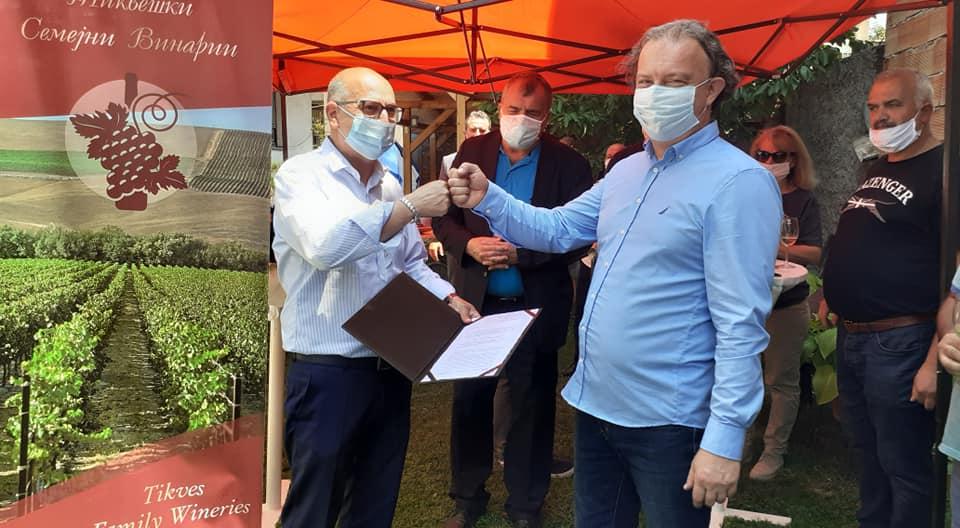 Трајан Димковски во посета на Кавадарци додели решенија на семејни винарии за упис во регистарот на производители на вино